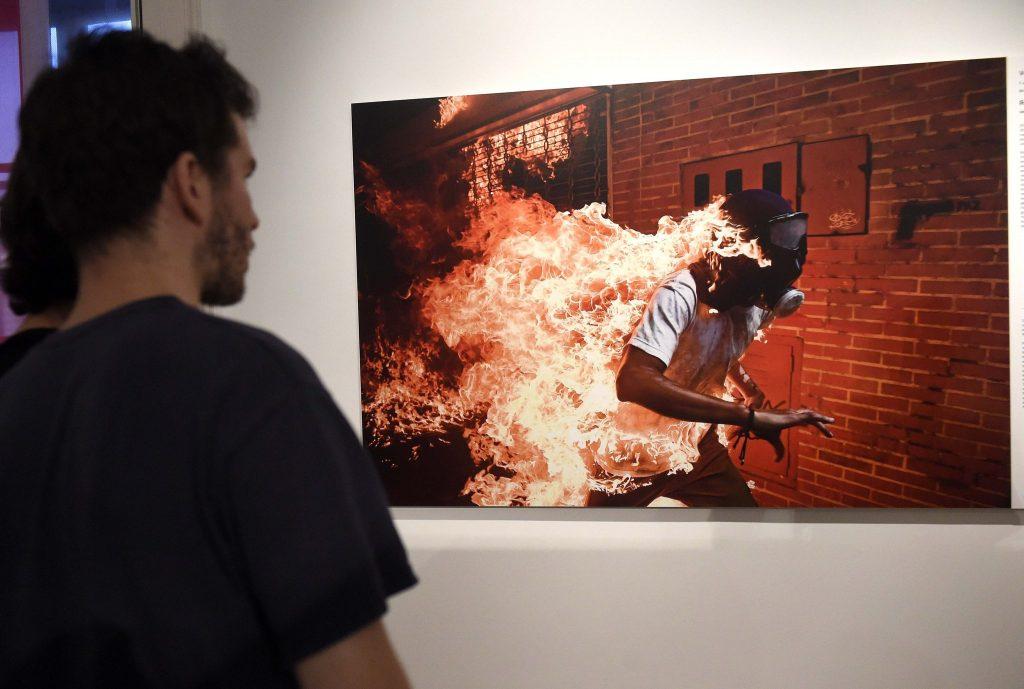 Budapest, 2018. szeptember 20. Látogató a World Press Photo pályázat nyertes képeibõl rendezett kiállítás megnyitóján a Magyar Nemzeti Múzeumban 2018. szeptember 20-án. MTI Fotó: Bruzák Noémi